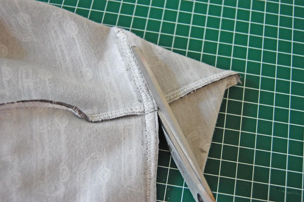 Schneide die Ecke ab.  Anleitung: Schicken Rucksack nähen - Basismodell