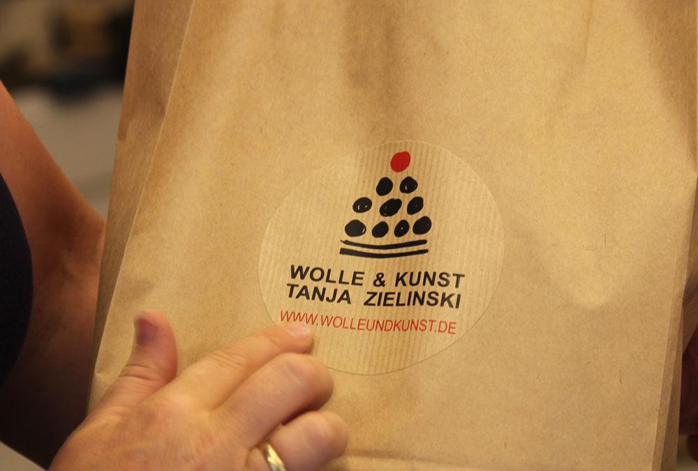 Wolle & Kunst - Tüte mit Aufkleber wolle & kunst Tanja Zielinski im Interview über  Wolle & Kunst  in Neustadt