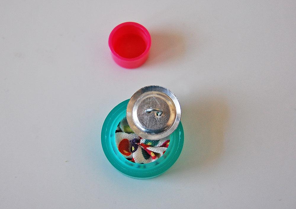 Knopf mit Stoff beziehen - Ösenplatte wird in Aufnahmewerkzeug gelegt knopf mit stoff beziehen Tipp: Knopf mit Stoff beziehen