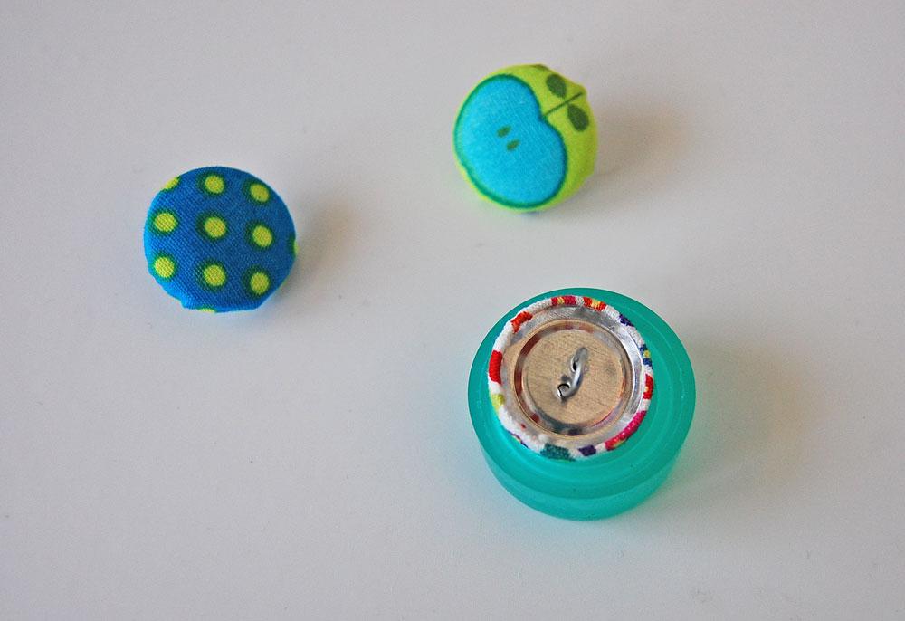 Knopf mit Stoff beziehen - Knopf aus Werkzeug nehmen knopf mit stoff beziehen Tipp: Knopf mit Stoff beziehen