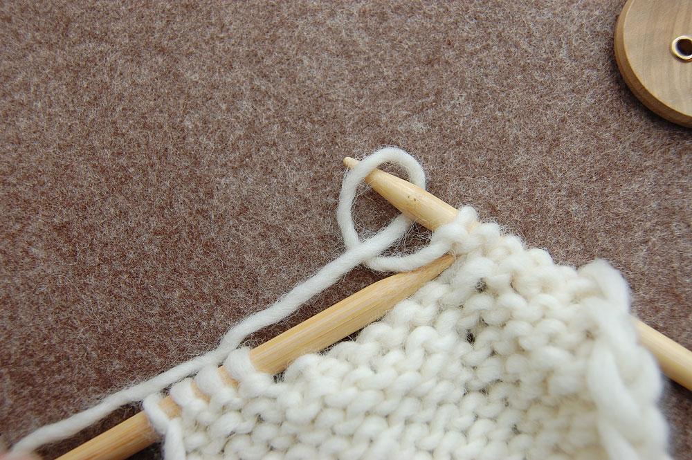 Knopflöcher stricken - Schlaufe auf die Nadel führen knopflöcher stricken Stricktipp: Knopflöcher stricken