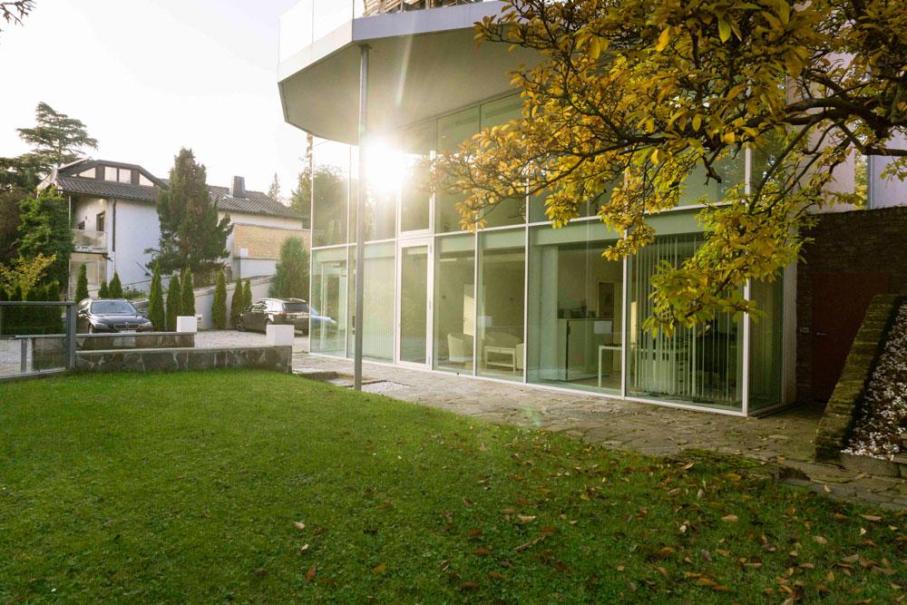 Villa Karoly - Rückansicht  Paul Pascuali feiert in neuen Geschäftsräumen mit seinen Färberinnen