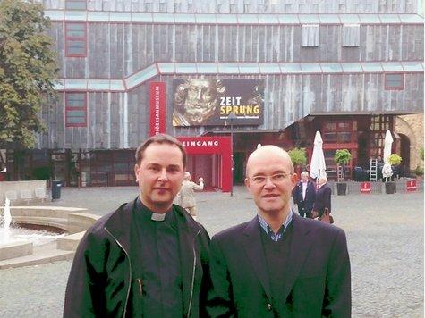 Pastor Andre Aßheuer sprach vor dem Paderborner Dom den Vortrag mit dem Referenten Prof. Dr. Ernesti (rechts) ab.