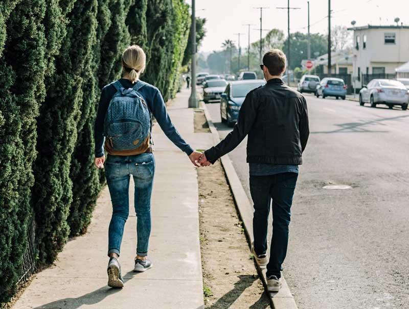 Händchenhalten: Zwischen Teenagerklischee und Verwirrung