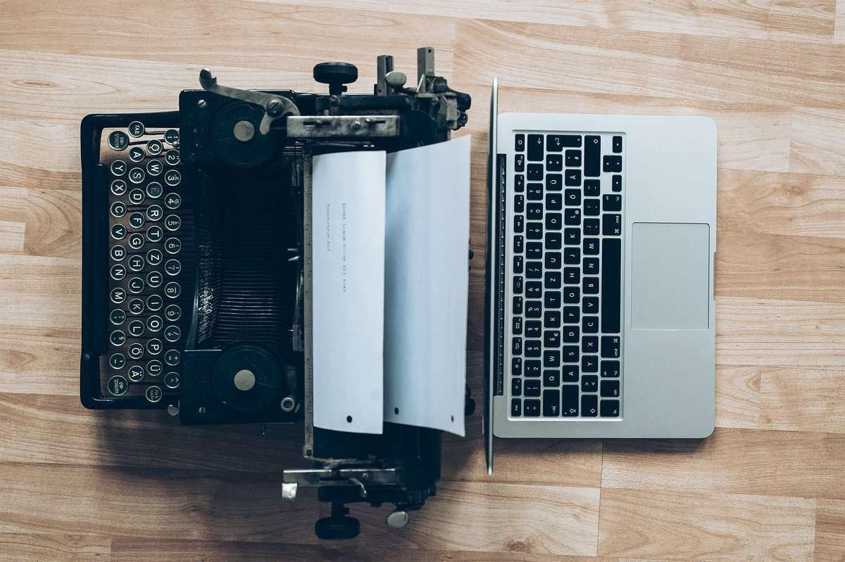 Schreibmaschine und Laptop nebeneinander