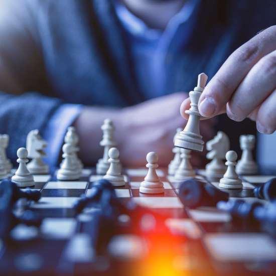 Person spielt Schach