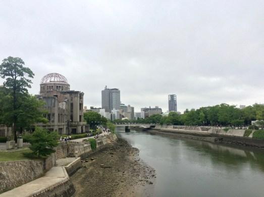 Der Hiroshima Peace Memorial Park recht vom Ota Fluss, links das Peace Memorial, auch als A-bomb dome bekannt.