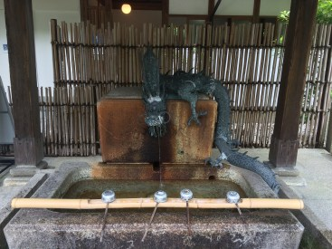 An solchen Brunnen reinigt man sich symbolisch, bevor man einen Tempel oder Schrein betritt.
