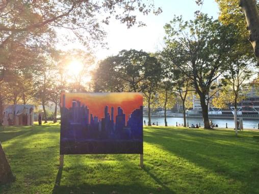 Auf einer Wiese findet man verschiedene, riesengroße Bilder mit New York Bezug