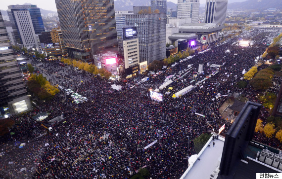 Tens of thousands of people on Seoul's Gwanghwamun Square demanding President Park's resignation.