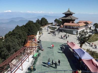 Der Blick vom höchsten Punkt des Berges auf den Hindu-Tempel mit Himalaya im Hintergrund