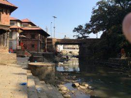 Der Fluss von Pashupatinath, in dem ähnlich wie in Varanasi die Toten kremiert werden
