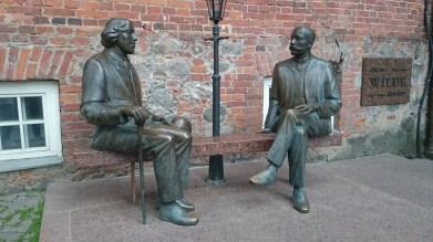 Oscar Wilde und der estnische Schriftsteller Eduard Wilde - eine Kopie steht im irischen Galway