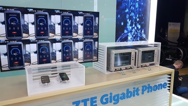 ZTE 在 MWC 展出第一支可以提供 1Gbps 高速下載的手機 Giga phone,1 秒就能下載一部DVD影片 20170228_152912