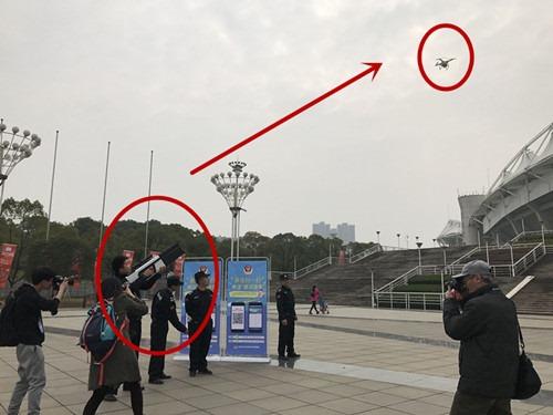 中國武漢武警展示無人機反制槍迫使無人機降落,將用於武漢馬拉松 20170311105007263