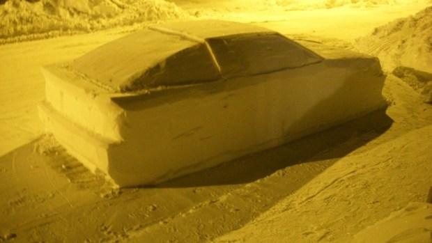 用雪堆雕出來的車,連警察也上當 snow-delorean-4-1