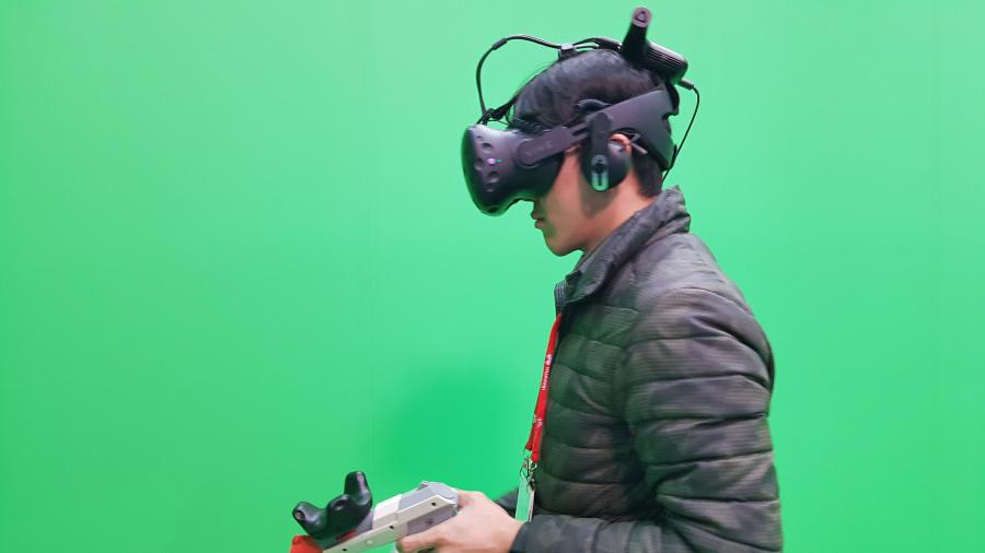 [MWC 2018] HTC VIVE Pro+VIVE 無線模組,擺脫線材體驗自由度大增 28504835_10155206796721044_962292073_o-900x506