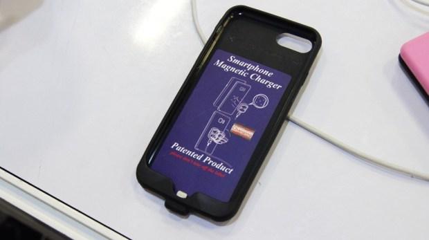 是手機保護殼,也是充電裝置,磁吸式手機充電保護殼 DSC9991
