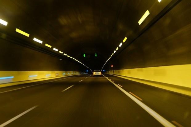 為什麼開快車容易出車禍?「視覺隧道效應」作祟 tunel-2711078_960_720