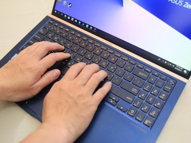美‧力無邊ASUS ZenBook 15 UX533FD 開箱,全球最小15.6 吋筆電,電池續航力長達 16 小時! IMG_9193