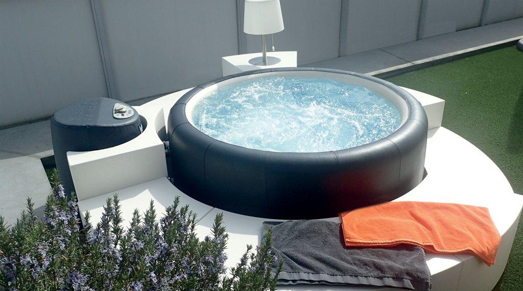 Le bain à bulles Softub peut aussi se trouver à l'extérieur car il est facilement déplaçable