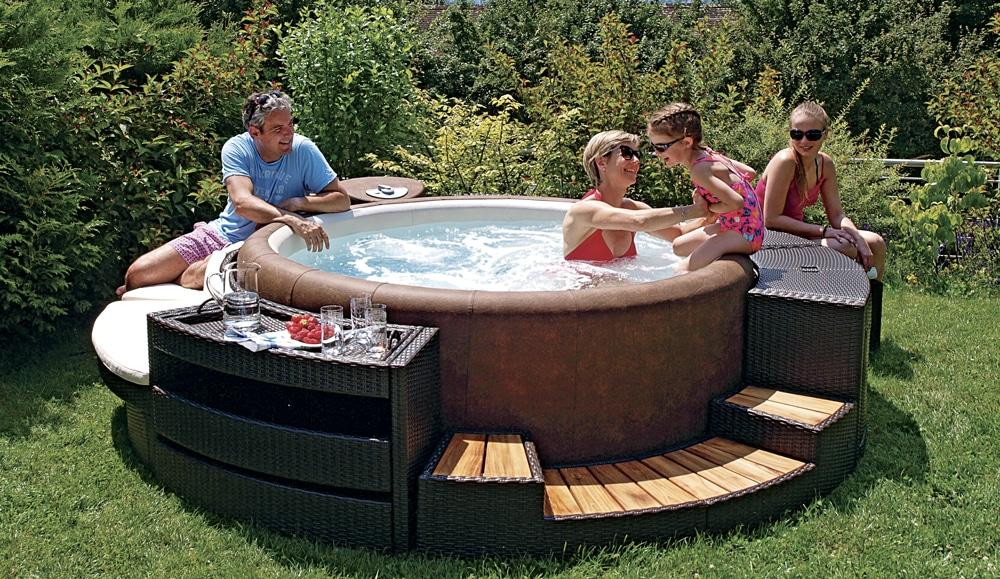 Softub spa, een harde spa waar een familie speelt met een klein meisje dat op de spa zit.