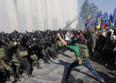 Clashes erupt outside Ukraine's parliament in Kiev