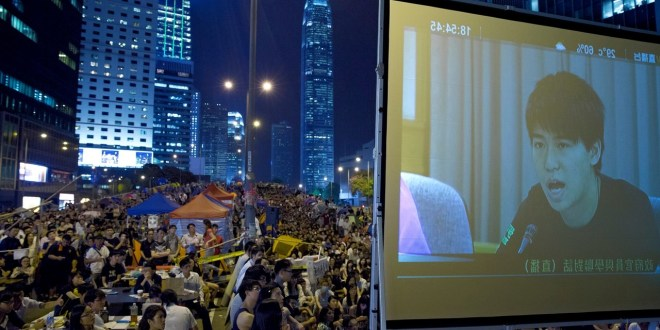 Hong Kong Protesters, Government Hold First Talks on Future of Democracy