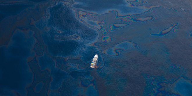 Mauritius oil spill: Rush to pump out oil before ship breaks | BBC News