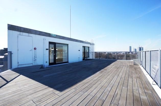 変則的なステップフロアの空間と屋上テラスのSOHO。