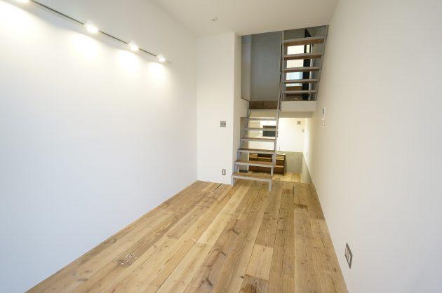 【募集終了】赤坂の隠れ家的SOHO、新築と味のある足場板を組み合わせて