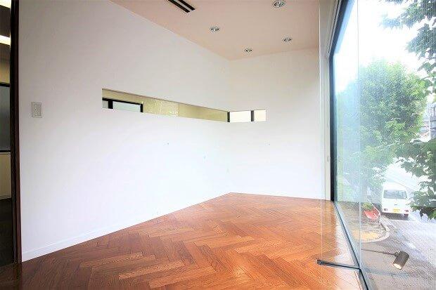 【募集終了】神宮前、ガラス張り・ヘリンボーン床が印象的なコンパクトオフィス。