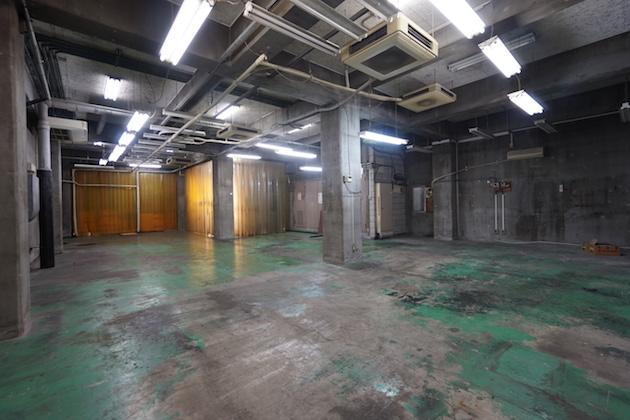 早稲田、天井の高い倉庫、ラフな空間を作り込む