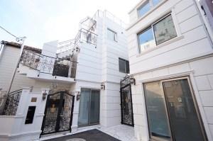 明治神宮前。店舗可、西洋風の外観のコンパクトメゾネット。<p>[渋谷区/29万/30㎡]