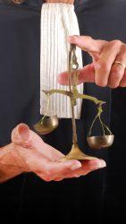 Justice - Balance symbolique tenue par un avocat