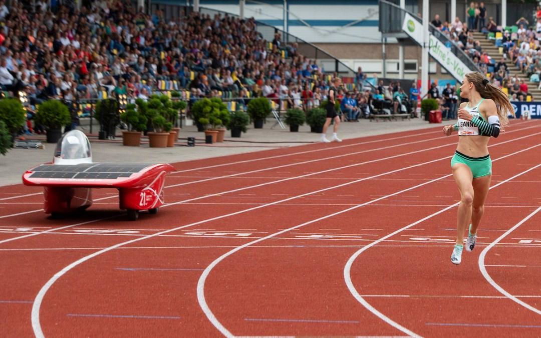 Topatlete wint van zonneauto