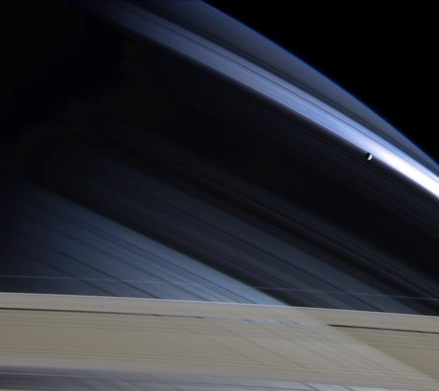 Saturno y su solitaria luna Mimas