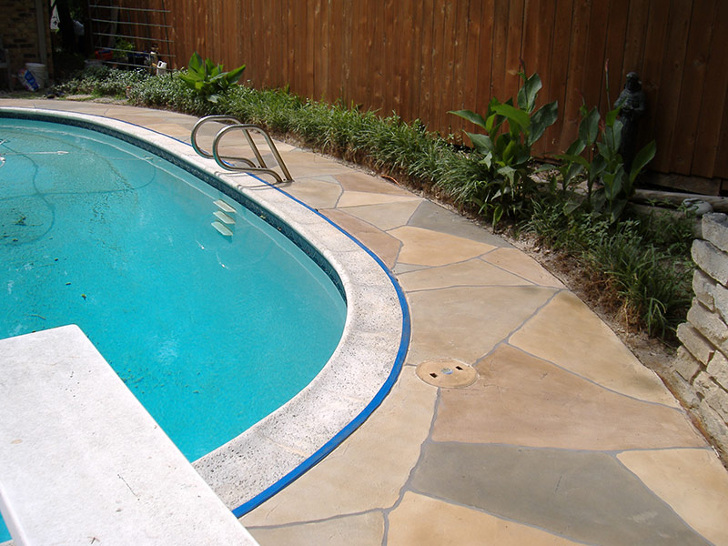 curved pool deck with multicolored trowel down overlay