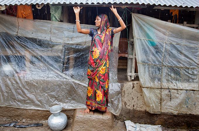 2016 Aout Bangladesh Recupration-eau-pluie-femme-bches 680X450