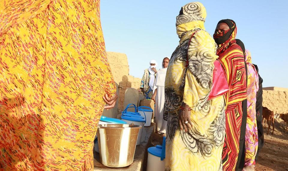 femme eau Mali