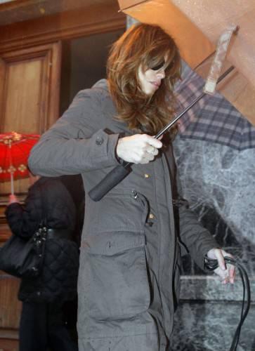 Elisabetta Canalis prende a ombrellate un paparazzo  FOTO