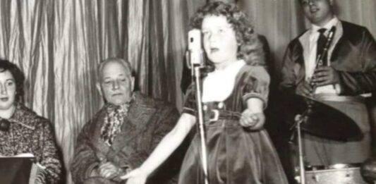 La riconoscete? In questa foto era ancora una bambina, oggi è la celebre cantante, dalla voce straordinaria