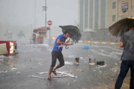 Feroz tormenta de granizo sacudió a Estambul, Turquía