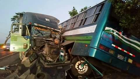 Grave accidente en carretera Litoral deja al menos 5 lesionados