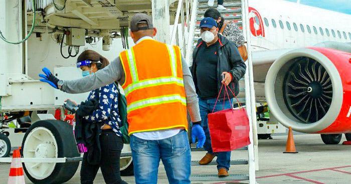 Aterriza avión con 130 salvadoreños que permanecían varados en EE.UU.