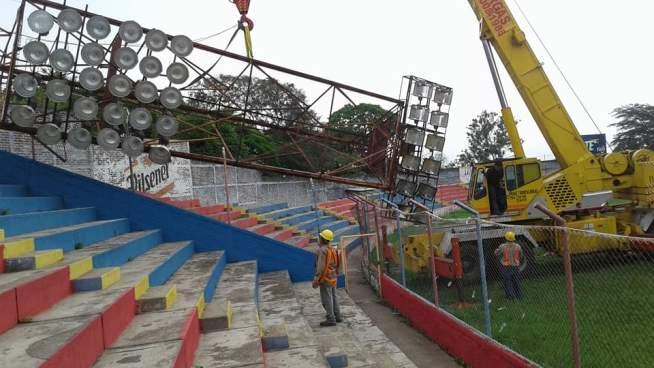 Retiran torre de iluminación del estadio Oscar Alberto Quiteño de CD FAS
