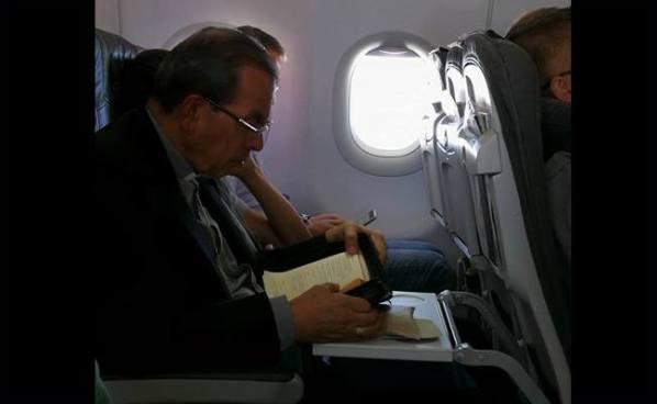 Cardenal Rosa Chávez se niega a viajar en primera clase y regresa en un vuelo económico