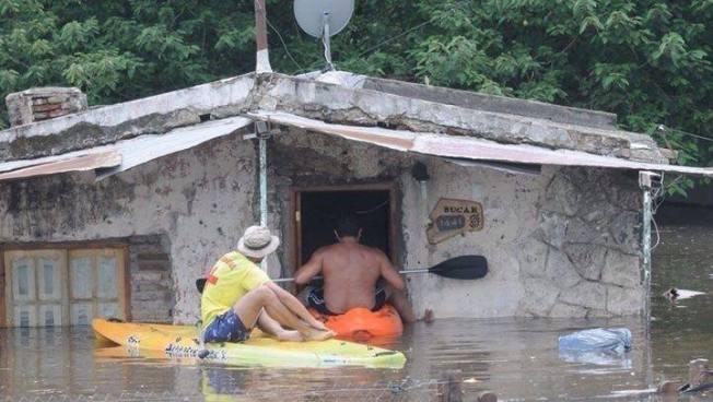 Evacúan a familias de la bocana, playa San Diego por inundaciones