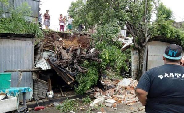 Dos mujeres quedaron soterradas luego del derrumbe de una pared en Usulután
