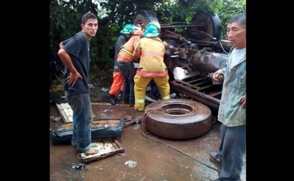 Tres hombres se salvan de morir en un aparatoso accidente en Sonsonate